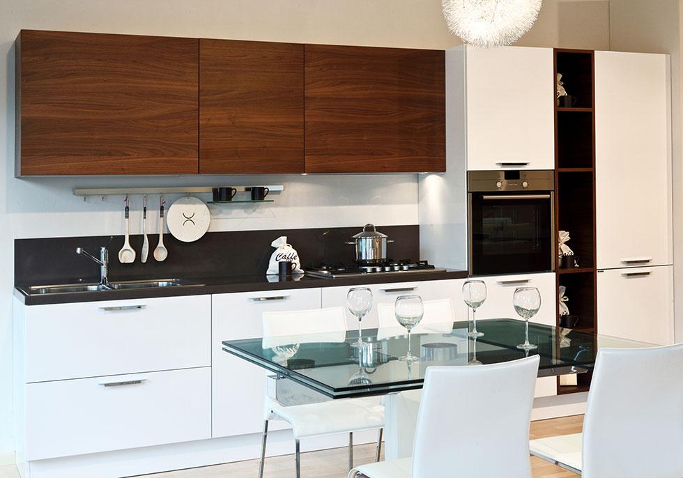 Современная кухня шкафы разного цвета