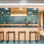 Современная кухня зонирование керамической плиткой