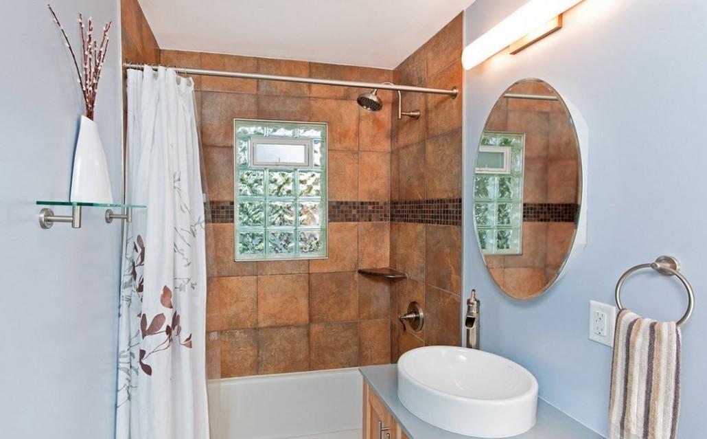ванная комната с маленьким окном