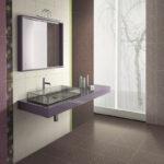 ванная комната с окном в современном стиле