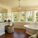 ванная комната с окном дизайн интерьер