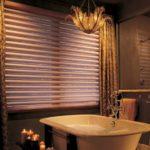 ванная комната с окном дизайн интерьера