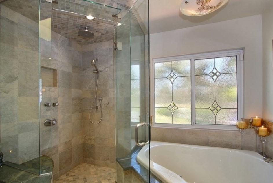 гармоничный дизайн ванной с окном