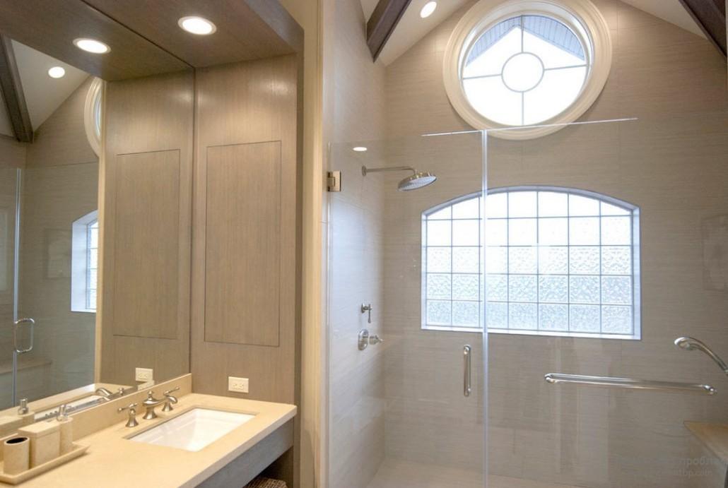окно в ванной со стороны душевой