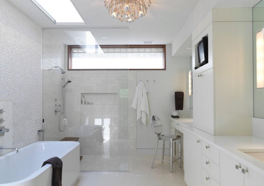 светлый дизайн ванной с окном