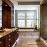 Ванная в частном доме шкаф с рукомойником ванна и душевая зона