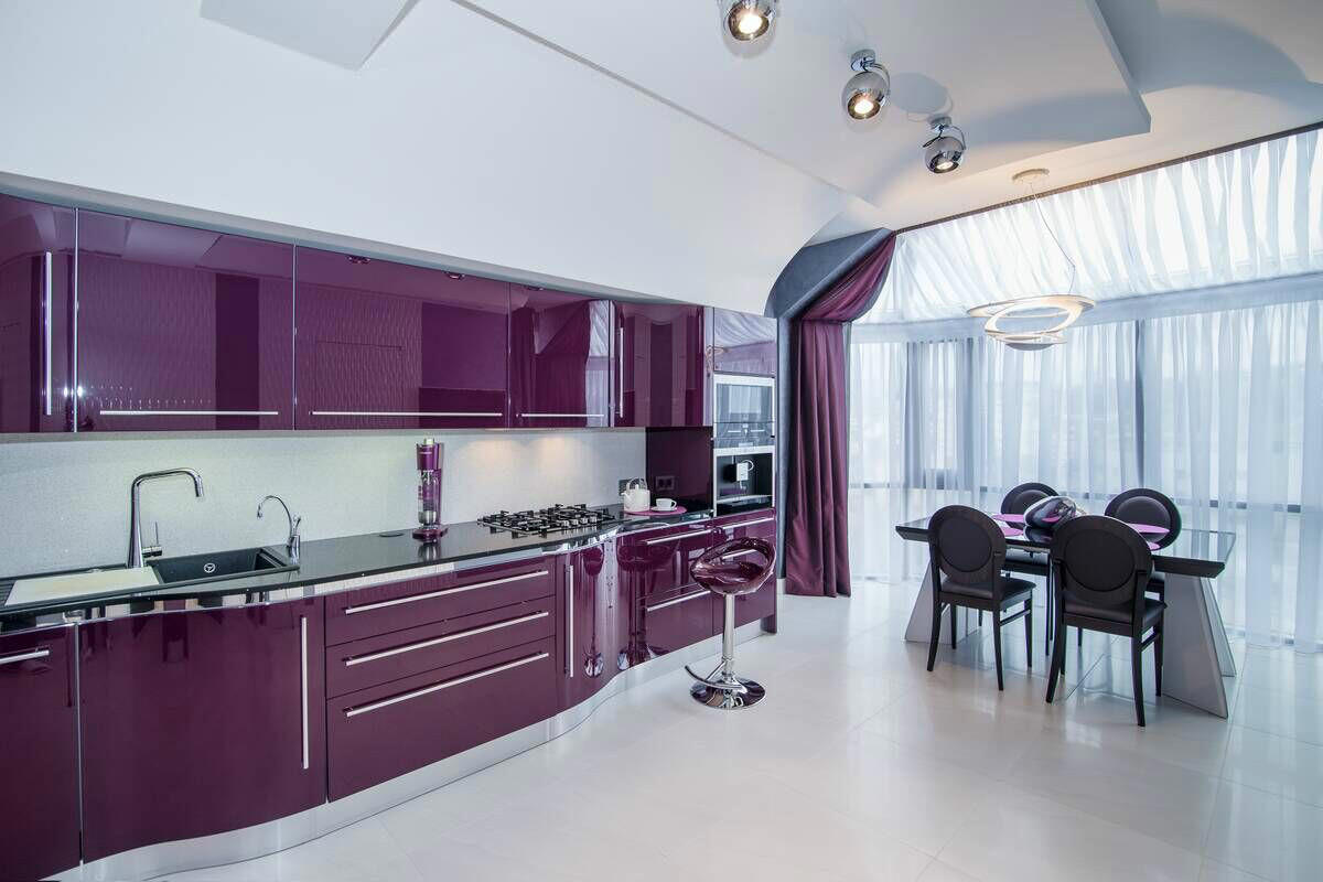 Фиолетовая кухня для большой комнаты