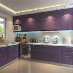 Фиолетовая кухня с лампами