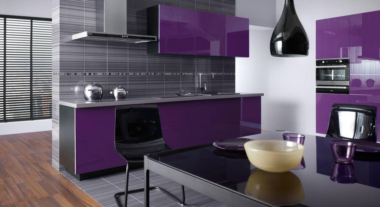 Фиолетовая кухня с черным