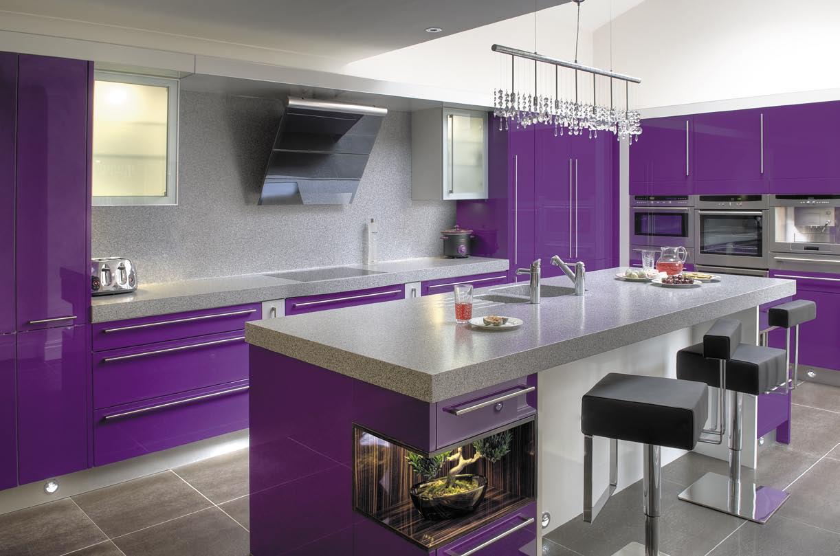 Фиолетовая кухня с серым цветом