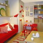 красный диван в гостиной спальне