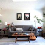 серый диван в гостиной спальне
