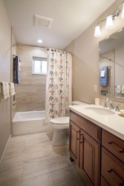 Оформление узкой бежевой ванной комнаты