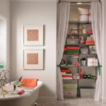 Декор ванной комнаты этажерка для принадлежностей со шторками в нише