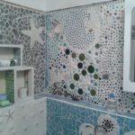 Декор ванной комнаты мозаикой из керамических осколков