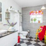 Декор ванной комнаты яркий текстиль и мебель