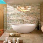 Оригиальное освещение для бежевой ванной