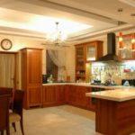 Дизайн кухни в частном доме классика с П-образной планировкой