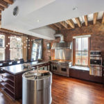 Дизайн кухни в частном доме в городском стиле лофт