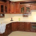Дизайн кухни в частном доме в классический стиль гарнитур из дерева