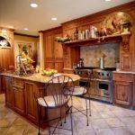 Дизайн кухни в частном доме в викторианском стиле