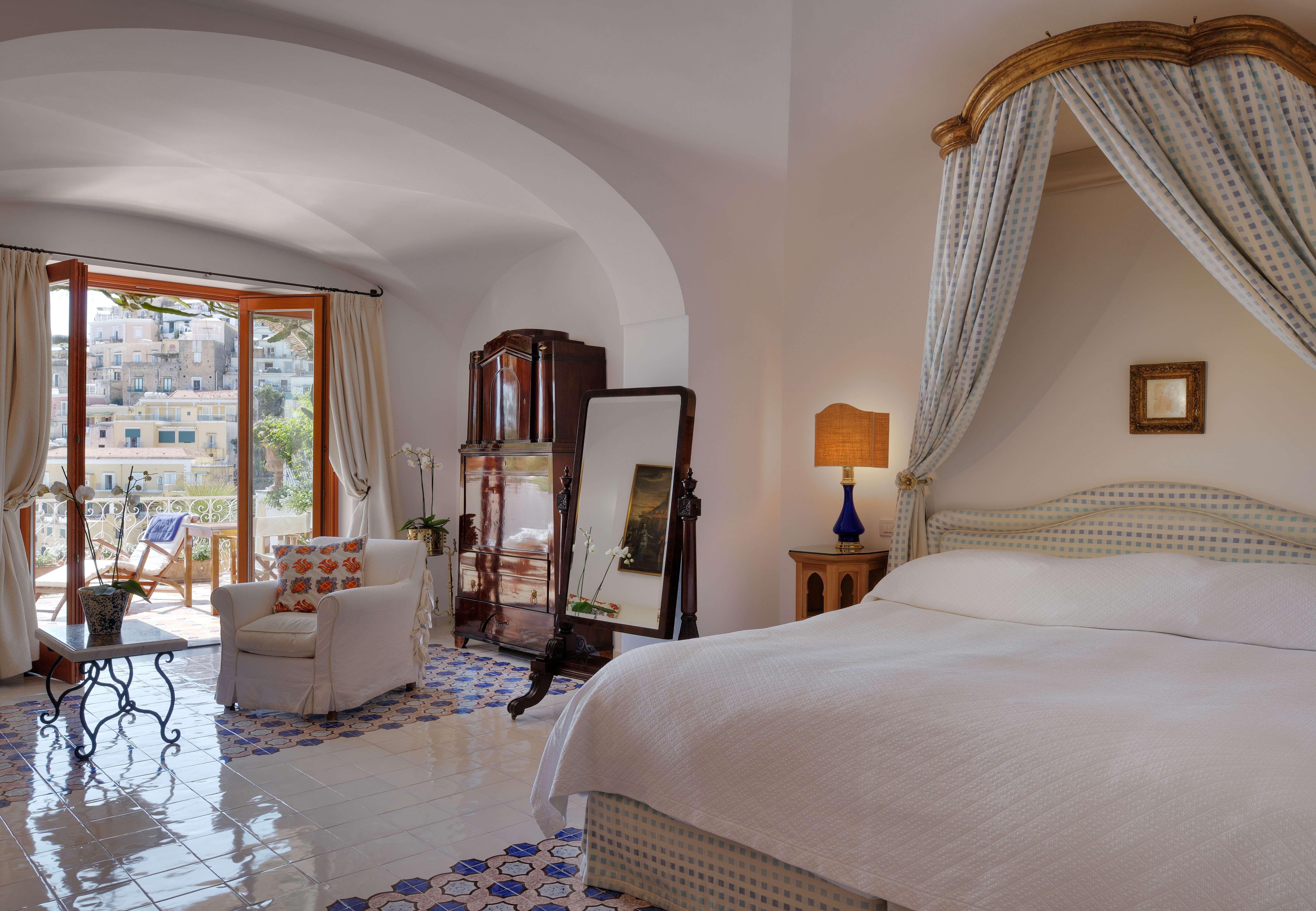 спальня с открытым балконом