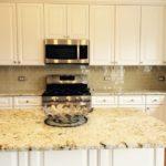 фартук из плитки на кухне фото интерьер