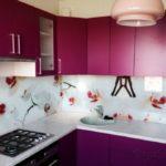 Фиолетовая кухня с дизайном