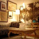 Картины в интерьере гостиной асимметричное расположение