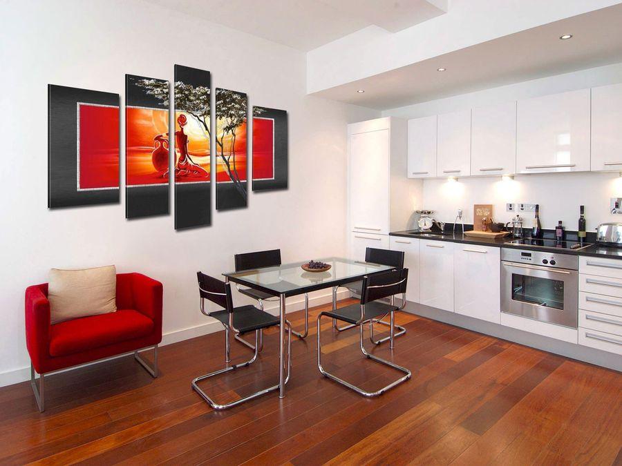 Картины в интерьере гостиной большого размера