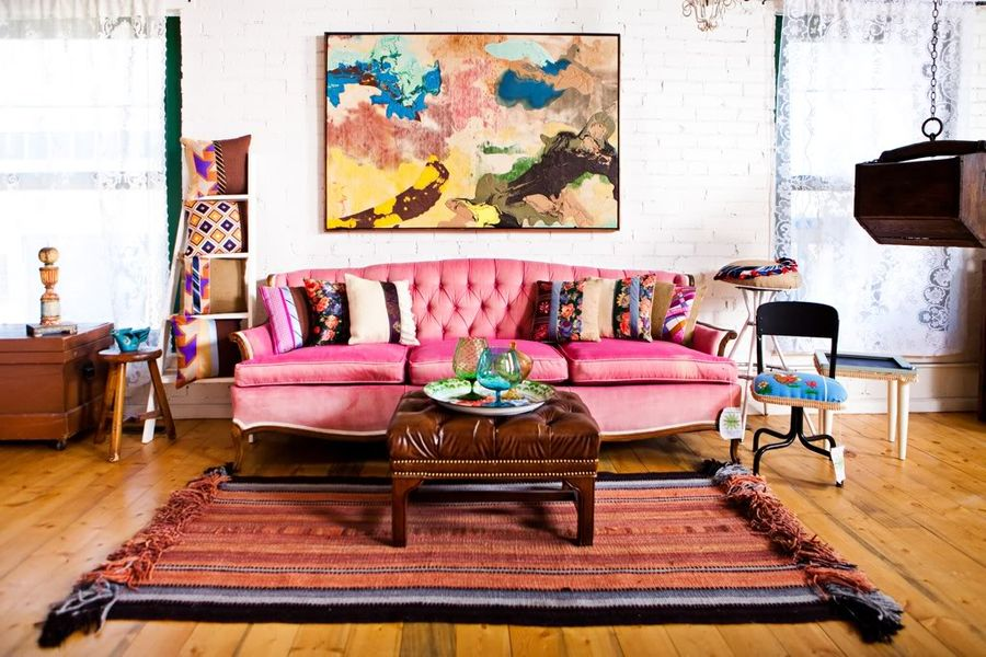 Картины в интерьере гостиной большой размер