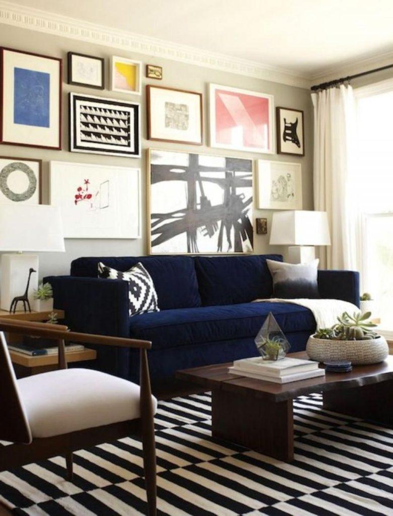 Картины в интерьере гостиной хаотичное размещение