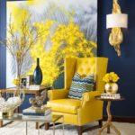 Картины в интерьере гостиной с желтым акцентом