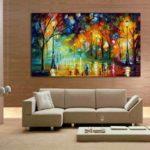 Картины в интерьере гостиной стиля минимализм в сочных цветах