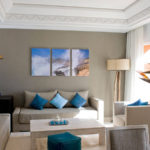 Картины в интерьере гостиной триптих синий акцент