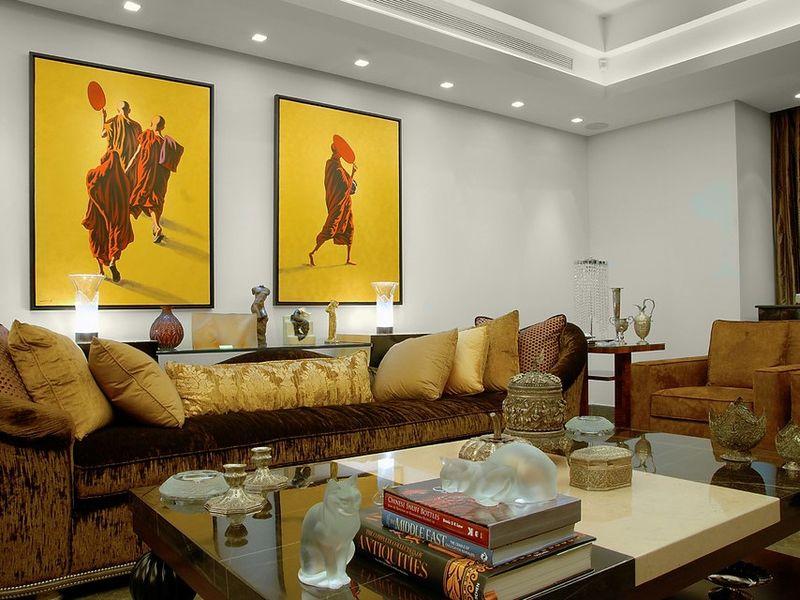 Картины в интерьере гостиной яркие постеры