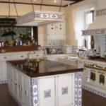 фартук из керамической плитки на кухне