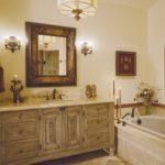 Антикварная мебель в бежевую ванную