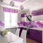 Фиолетовая кухня с белыми стульями
