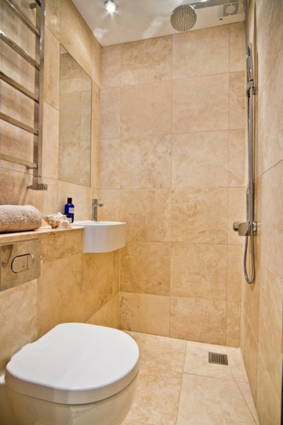 Узкая ванная комната с бежевыми плитками