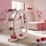 Оформление детской комнаты девочки этажерка для косметики и парфюмерии