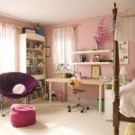 Оформление детской комнаты девочки-школьницы с большой кроватью с балдахином