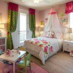 Оформление детской комнаты для девочки с игрушечным гарнитуром