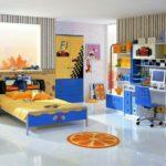 Оформление детской комнаты для мальчика-школьника с компьютерным столом