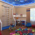 Оформление детской комнаты школьника со спортивной стенкой и игровой зоной