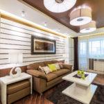 Оформление гостиной горизонтальными стеновыми панелями и шкафами-пеналами