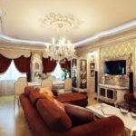 Оформление гостиной комнаты классического стиля с телевизором в багете