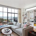 Оформление гостиной комнаты с панорамным окном