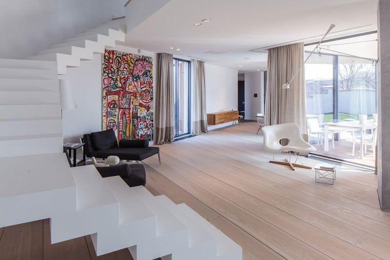 Оформление гостиной комнаты в частном доме с в стиле минимализм