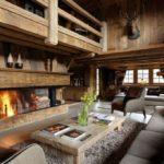 Оформление гостиной в стиле шале с обшивкой из дерева и мебелью из массива